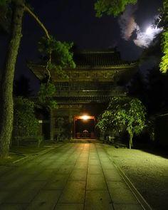 金沢天徳院、の背後に昇る中秋の月。 Kanazawa, Scenery, Sidewalk, Japanese, Landscape, Japanese Language, Side Walkway, Walkway, Paisajes
