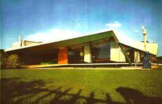 Vista de la fachada principal de la calle, Casa en Pedregal, Cascada 222, Jardines del Pedregal, San Ángel, México DF 1958 (remodelado) Arq. Enrique Castañeda Tamborrel - Main facade seen from the street, House in Pedergal, Cascada 222, Pedregal, Mexico City 1958 (remodeled)