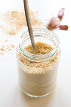 This vegan Parmesan cheese is healthier than the traditional version. It& ready in less than 5 minutes and you only need 4 ingredients to make it. Recipes With Parmesan Cheese, Vegan Cheese Recipes, Vegan Parmesan Cheese, Raw Food Recipes, Raw Vegan, Vegan Vegetarian, Vegan Food, Vegetarian Recipes, Paleo