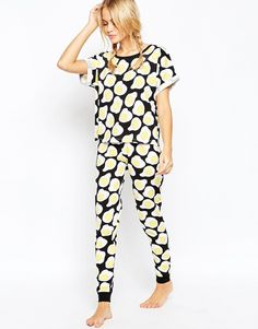 Bild 1 von ASOS &ndah; Bedrucktes T-Shirt und Legggings, Pyjamaset