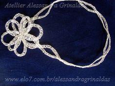 Tiara ondas com 55 cm, pra ser usada como headband, (testa) ou tiara. Acompanha flor de 12 cm para ser usada na lateral ou atras. Toda salpicada de strass. ENTREGAS A COMBINAR DE ACORDO COM AGENDA DA ARTESÃ. R$299,90