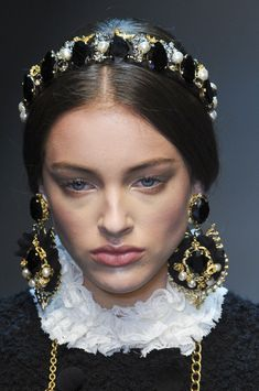 Dolce & Gabbana at Milan Fashion Week Fall 2012 - Details Runway Photos Dying Your Hair, Accesorios Casual, Fashion Designer, Headband Styles, Milan Fashion Weeks, Hair Jewelry, Fashion Details, Headbands, Hair Barrettes