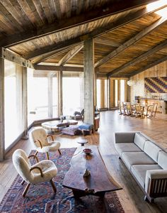 Une maison moderniste à Big Sur Dans la pièce principale, côté salon, un canapé de Mira Nakashima et des fauteuils de Philip Arctander entourent une table basse de George Nakashima. © Stefan Ruiz