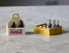 This is a pair of miniature Coca Cola products - the first is made of plastic, and the second (or case) is made of wood. There are only a total of 5 bottles of Coca-Cola, and they are made of plastic. Miniature Kitchen, Miniature Crafts, Miniature Houses, Miniature Food, Miniature Dolls, Miniature Bottles, Coca Cola, Mini Things, Cute Little Things