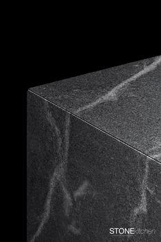 Detail durchdacht. Bei der STONEkitchen wird ganz genau auf die Maserung des Steins geachtet. Adern, die sich um den Küchenblock ziehen unterstreichen den Monolithischen-Charakter der schwarzen Küche. #kitchen #kücheninsel #steinküche #stonekitchen Container, Projects, Design, Granite Tops, Kitchen Black, Natural Stones, Log Projects, Blue Prints