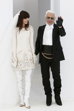 Irina Lazareanu en robe de mariée lors du défilé Chanel haute couture automne-hiver 2004-2005