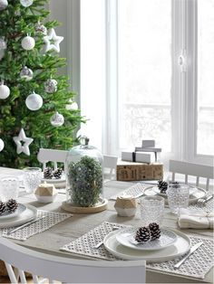 〚 United colors of French Christmas by Maisons du Monde 〛 ◾ Photos ◾Ideas◾ Design French Christmas, Woodland Christmas, Christmas Time, White Christmas, Merry Christmas, Christmas Table Decorations, Decoration Table, Scandinavian Holidays, Pine Dining Table