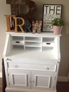 Een oud kastje in witte krijtverf en je bent een mooi meubelstuk/uitstalplek rijker.