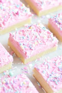 Lofthouse Sugar Cookie Bars - Something Swanky - - Super soft sugar cookies piled with vanilla buttercream frosting and lots of sprinkles! Tastes just like a Lofthouse Sugar cookie, and so easy to bake since they're in bar form. Sugar Cookie Bars, Soft Sugar Cookies, Frosted Cookies, Pink Cookies, Sugar Cookie Frosting, Cookie Dough, Köstliche Desserts, Delicious Desserts, Dessert Recipes