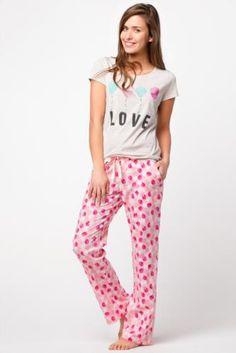 Desenli modeli ve rahat kalıbı ile evde hem rahat olmak hem de güzel görünmek isteyenler için tasarlanmış DeFacto bayan pijama takımı.