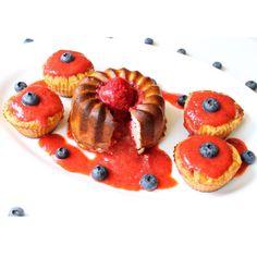 Köstliche Bananenmuffins mit Erdbeersauce ~ Delicious Banana-Cupcakes with strawberry sauce