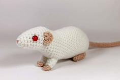 Whether you want to crochet a tribute to a beloved pet, or a creepy-cute Halloween prop, these realistic amigurumi rats would be just perfect! The pattern starts with instructions for a solid color rat with standard ears, followed by the modifications for dumbo and hooded rats. I also included a simpler design for the front legs, in case you find the original version fiddly.