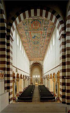 Eglise abbatiale de Saint-Michel de Hildesheim (Allemagne, Basse-Saxe), 1010-1033 : vue intérieure de la nef