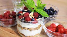Schichtdessert mit Mascarpone, Amarettini und Früchten