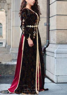 Image may contain: one or more people and people standing Morrocan Dress, Moroccan Caftan, Modest Fashion, Fashion Outfits, Arab Fashion, Caftan Dress, Mode Inspiration, Couture Dresses, Club Dresses
