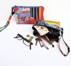 Sew Bag Make an ingenious double clutch organizer - itst's two bags in one! and the pattern comes in two sizes - Make an ingenious double clutch organizer - it's two bags in one! and the pattern comes in two sizes so. Bag Patterns To Sew, Sewing Patterns Free, Six Bag, Double Clutch, Sewing Hacks, Sewing Tips, Sewing Ideas, Leftover Fabric, Love Sewing