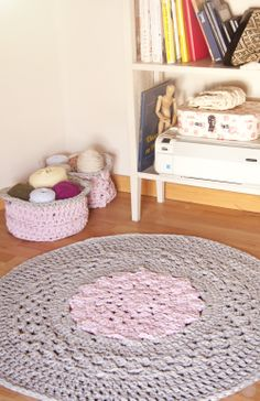 Crochet Doily Rug free with tutorial Crochet Doily Rug, Crochet Rug Patterns, Crochet Carpet, Crochet Home Decor, Crochet Crafts, Crochet Projects, Homemade Rugs, Knit Rug, Rug Inspiration