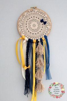 Attrape rêves - Capteur de rêves - Dreamcatcher Style boho chic, tons bleu et moutarde, tambour à broder, organza, laine, pompons, perles en bois. Déco mariage, salon, chambre.