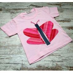 Camiseta Infantil color rosa de maga corta de algodón con motivo mariposa, realizada mediante la técnica Upcycling