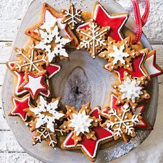 christmas baking Create the perfect Christmas centrepiece with this delicious edible wreath made up of crunchy spiced biscuits, beautifully decorated with gorgeous red and white iced stars. Christmas Gingerbread, Noel Christmas, Christmas Goodies, Christmas Desserts, Christmas Treats, Tesco Christmas, Christmas Tables, Nordic Christmas, Modern Christmas
