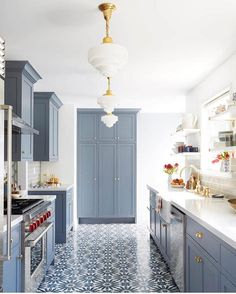 Kitchen Remodel Ideas - Browse our kitchen renovation gallery with traditional to modern to beachy kitchen design inspiration. Kitchen Tiles, Kitchen Flooring, New Kitchen, Kitchen Decor, Kitchen Grey, Kitchen Modern, Kitchen Paint, Art Deco Kitchen, Kitchen Island