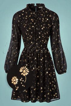 With this60s Ditsy Foil Dress in Black and Gold you'll be seeing stars!Holiday season is slowly approaching and every year we aks ourselves; WHAT to wear... something casual? Chique? Party proof? Or maybe even a combination of it al? Yumi is going to end this dilemma for you with this amazing and festive dress! You'll feel flirty and super feminine due to her pleated high round neckline, the long semi-sheer sleeves and elastic waistband. Made from a sheer black fabric, fully...