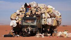 Donderdag 1 januari 2015: Mannen wachten in Niger bij de Libische grens met een volgeladen vrachtwagen.