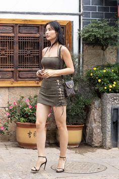 Beautiful Young Lady, Beautiful Asian Women, Beautiful Legs, Pernas Sexy, Ideal Girl, Girls In Mini Skirts, Sexy Legs And Heels, Dress Sketches, Girls In Leggings
