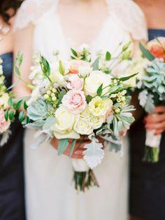 Bouquet de fleurs rose pastel avec des touches jaunes  - Photo Love By Serena