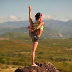 No hay nada peor en la vida que perderla por miedo a vivirla.... Vive tu vida y disfrútala !!#yoga #handstand #dancer #lornajane #lululemon #salud #bienestar #mexico