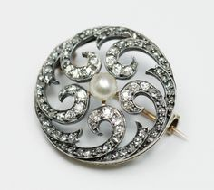 Natural pearl and diamond broch, France, 1870-1890, natural pearl, diamond, 18k gold, silver, 2.8cm, 8.1g