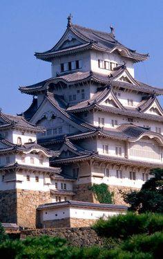Zamek Himeji, japoński zespół zamkowy wzgórzu w Himeji w Japonii, w prefekturze Hyogo. - Www.castlesandmanorhouses.com