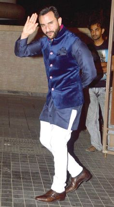 Saif Ali Khan acknowledges the paparazzi at Soha Ali Khan, Kunal Khemu's wedding reception.