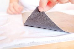 El lijado es un paso básico cuando trabajamos con madera. Por eso, vamos a ver unos trucos para usar papel de lija.