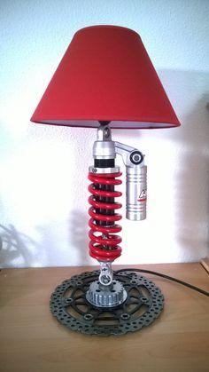 Lampe / lamp : avec un amortisseur WP d'une KTM superduke, un disque de frein avant (Kawasaki) . L'alimentation passe à l'intérieur de l'amortisseur et l'interrupteur se trouve sous la bonbonne de gaz.