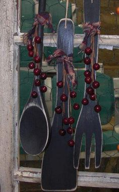 We've collected 36 beautiful primitive country decor ideas for your home. Color palettes, DIY crafts, beautiful room inspirations, and more. - 36 Primitive Country Decor Crafts For Your Home - Mobile Home Living Primitive Homes, Primitive Kunst, Primitive Country Crafts, Primitive Country Decorating, Rustic Primitive Decor, Primitive Decorations, Primitive Bathrooms, Primitive Stitchery, Mobiles