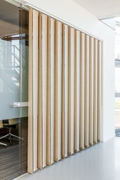 Atmosphere-enhancing and unique: the JASNO swings can be placed in different settings so that they create an unique effect. Office Interior Design, Office Interiors, Store Lamelle, Window Design, Stores, Window Treatments, Blinds, Ramen, Windows