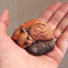 The Japanese artist's meticulously painted rocks are too friggin' cute. Pebble Painting, Pebble Art, Stone Painting, Fox Painting, Painted Rock Animals, Hand Painted Rocks, Painted Stones, Rock Painting Patterns, Rock Painting Designs