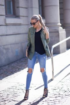 Military Fashion Trend Report - Yeah, We Would Wear It - Just The Design Top Street Style, Spring Street Style, Button Down Outfit, Military Trends, Ripped Knee Jeans, Black Jeans, Military Fashion, Casual Chic, Fashion Outfits