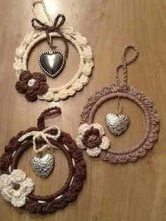 keep the tops from milk and juice bottles - make mini wreath ornaments for the tree - Salvabrani Stylowa kolekcja inspiracji z kategorii Hobby Can be made suitable for any occasion. Also can be hanging photo frame. Save the ring from milk jugs o