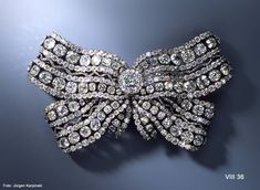 Big breast bow from the jewelery of the queens, Christian August Globig (before 1747-1798), jeweler. Dresden, 1782. 51 large and 611 small diamonds, silver, gold. B. 21.4 cm, H. 12.5 cm, T. 5.0 cm. VIII 36. © Dresden State Art Collections.