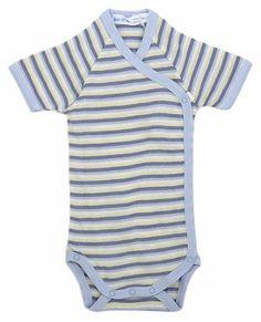 Bodym/sidelukking ogkort arm- Side snap baby body, blue stripe.Økologisk. Hvit og blåmed striper.  Body i delikat farge. Sideåpning foran for enkel av- og påkledning. Veldig behagelig for nyfødte, ingenting trekkes over hodet. * Bløt bomull*Enkel og behagelig sidelukking*Kort arm* Størrelse: 0-3 mnd* Matchende tilbehør 100% GOTS-sertifisert egyptisk bomull Made in Egypt  Under the Nile  Alle produktene fra Under the Nile er:* Håndplukket økologisk bomull.*...