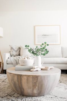 Wood + White Fa... - #couchtisch #White #Wood Coffee Table Styling, Decorating Coffee Tables, Coffee Table Books, Coffee Table Design, Round Coffee Tables, Coffee Table Ottoman, Coffee Table Flowers, Cofee Tables, Coffee Table Arrangements