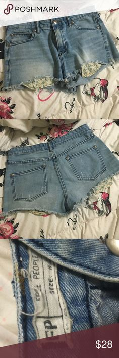 ⚡️FINAL PRICE⚡️Free people shorts Extremely adorable and perfect for the hot weather ! Shows the floral pocket lining through the rips . Size 27 , in great condition ! Free People Shorts Jean Shorts