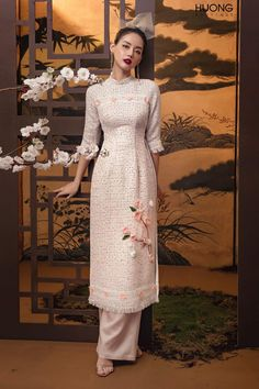 Many people believe that there is a magical formula for home decoration. You do things… Vietnamese Traditional Dress, Vietnamese Dress, Traditional Dresses, Traditional Wedding, Kurti Designs Party Wear, Cheongsam Dress, Indian Designer Wear, Asian Fashion, Chinese Fashion