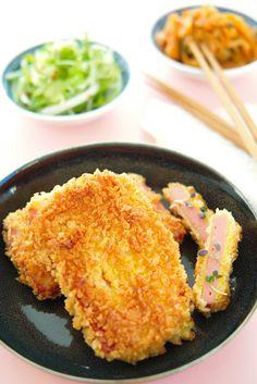 Lettvint kosemat på en trist høstdag? Lag den japanske schnitzelen hamu katsu med sprø panko! Det er comfort food på sitt ypperste, og med tilgjengelige ingredienser som bogskinke eller skinkepålegg svitsjer du sammen denne rykende varme godbiten på under 10 minutter!  http://www.gastrogal.no/hamu-katsu/ #HamuKatsu, #Japansk, #JapanskSchnitzel, #Katsu, #Panko, #Skinke, #Tonkatsu