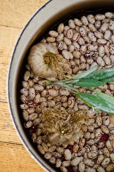 Slow cooked beans and garlic. Breakfast Baked Beans, Veggie Plate, Whole Food Recipes, Cooking Recipes, Baked Bean Recipes, Tasty Dishes, Side Dishes, Great Northern Beans, Outdoor Food