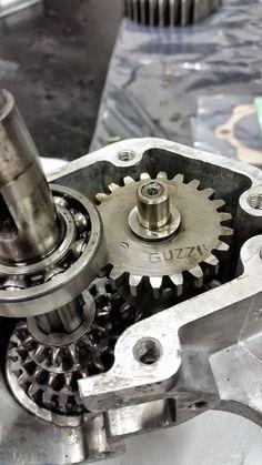 Moto Guzzi Motoleggera 65 in fase di restauro, apertura del motore per revisione