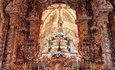 Altar Mor da Igreja Nossa Senhora do Pilar - Ouro Preto   A devoção de Nossa Senhora do Pilar foi trazida provavelmente de São Paulo, na bandeira de Bartolomeu Bueno, tendo a imagem sido entronizada na primitiva capelinha que antecedeu o templo.  A Virgem do Pilar é uma invocação mariana católica, padroeira da Hispanidade, venerada na Catedral-Basílica de Nossa Senhora do Pilar, em Saragoça, na Espanha. É comemorada no dia 12 de outubro.  A Paróquia do Pilar foi a mais rica e populosa em…