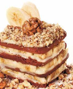 Îşi plac bananele? Învaţă să prepari o prăjitură rapidă cu banane. Este delicioasă! 1. Cele 4 banane curăţate se mixează cu sucul strecurat de lămâie, zahărul şi romul. Separat, se bate frişca rece şi, la jumătatea formării spumei, se adaugă zahărul vanilinat. Apoi se adaugă în piureul cu banane. 2. Albuşurile se bat spumă cu …